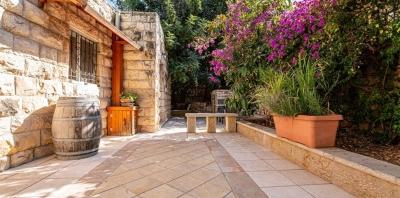 הפינה הנסתרת כשמה כן היא - פינה קסומה לאוהבים בסמטה צצדית ובאווירה רומנטית - ירושלים עין כרם